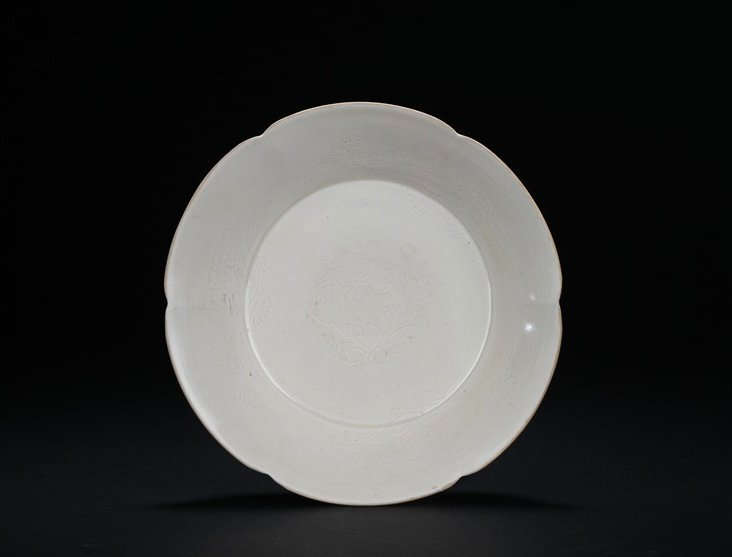 A VERY FINE DING WARE MALLOW-SHAPED DISH