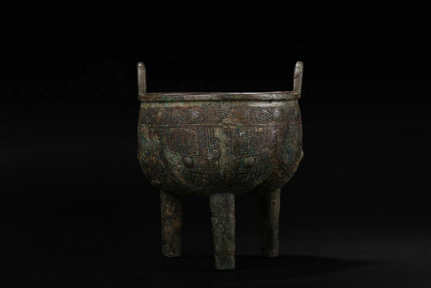 AN EXCEPTIONAL BRONZE RITUAL VESSEL DING