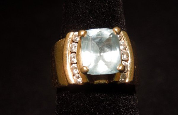 19: 14kyg Aquamarine and diamond ring