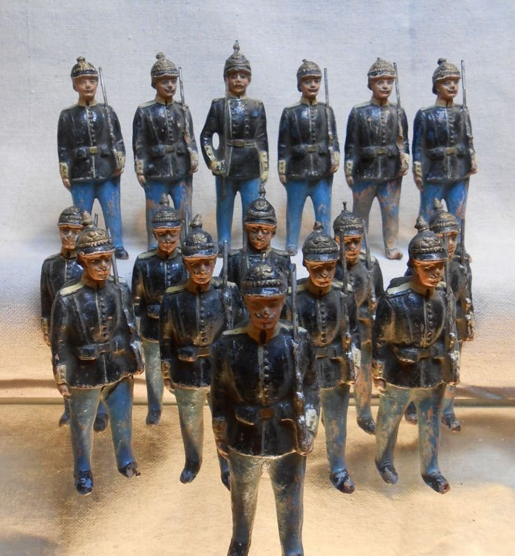 124: ANTIQUE TOY SOLDIERS