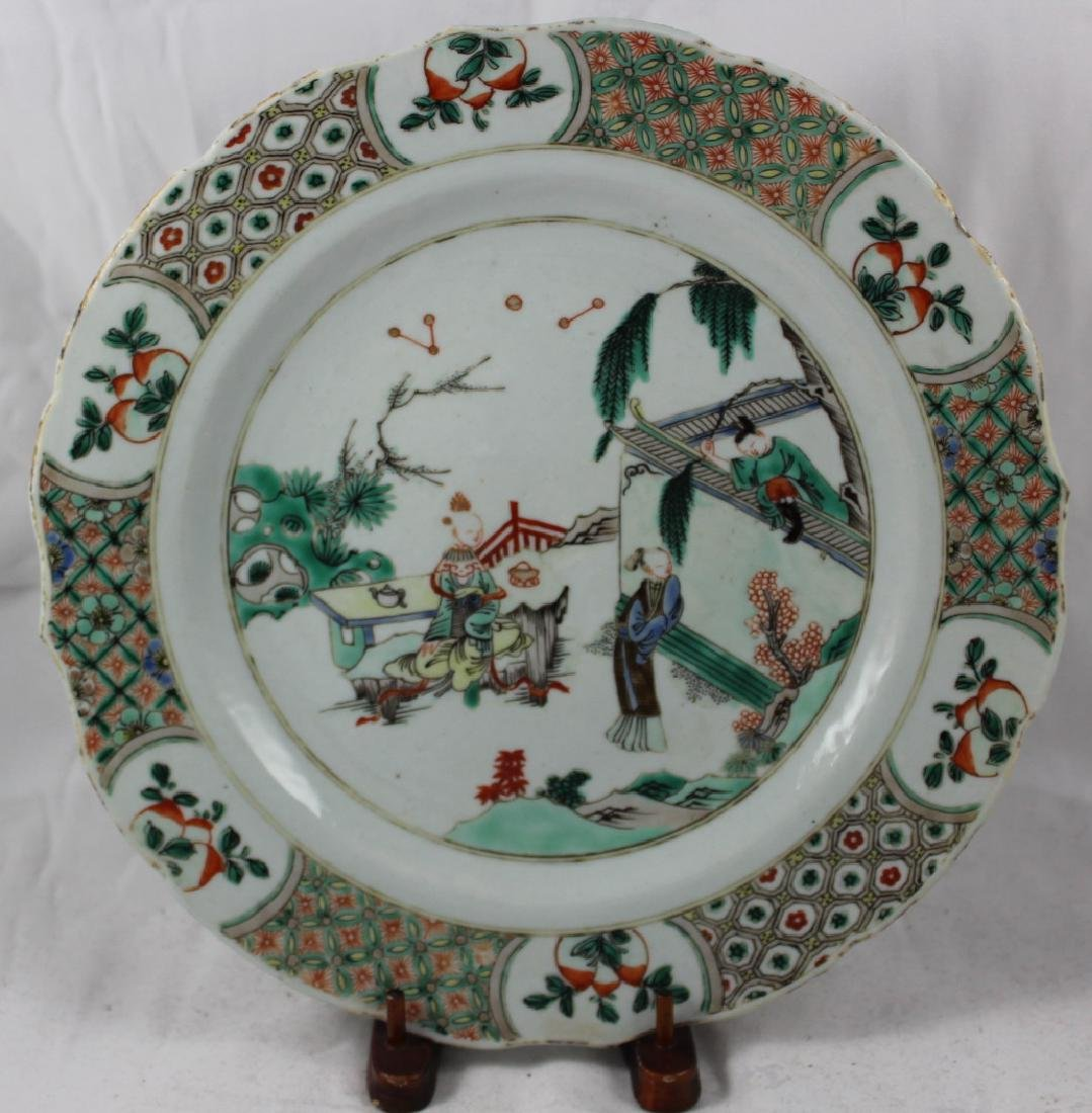 A CHINESE EXPORT FAMILLE VERTE PLATE, DEPICTING A STORY