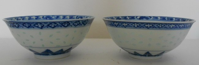 1018: Pair ofchinese blue and white dragon bowls.