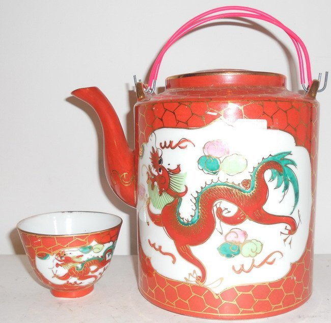 1001: A Chinese export famille rose teapot and bowl.