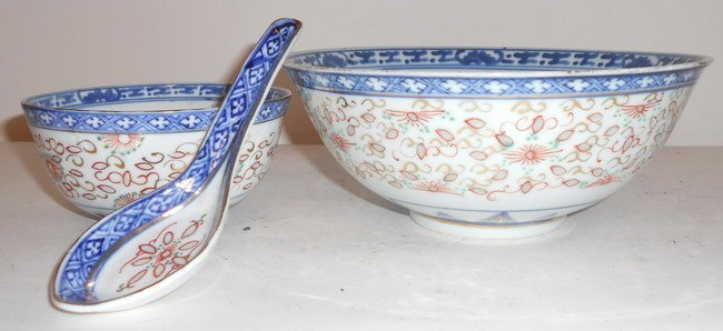 1024: Two Chinese export blue and white bowls and spoon