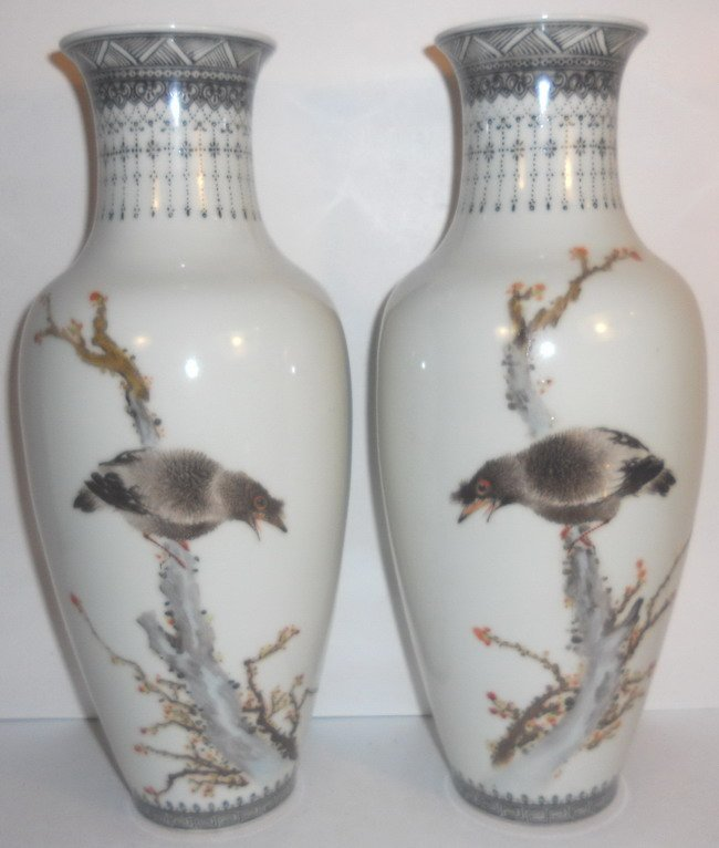 A pair of Chinese export famille rose vases.(2x)