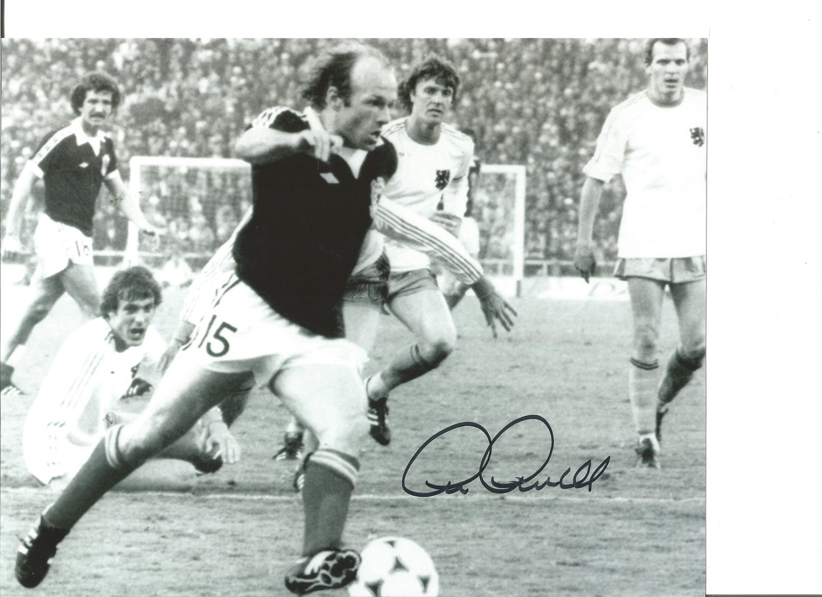 Archie Gemmill 10x8 Signed B/W Football Photo Pictured