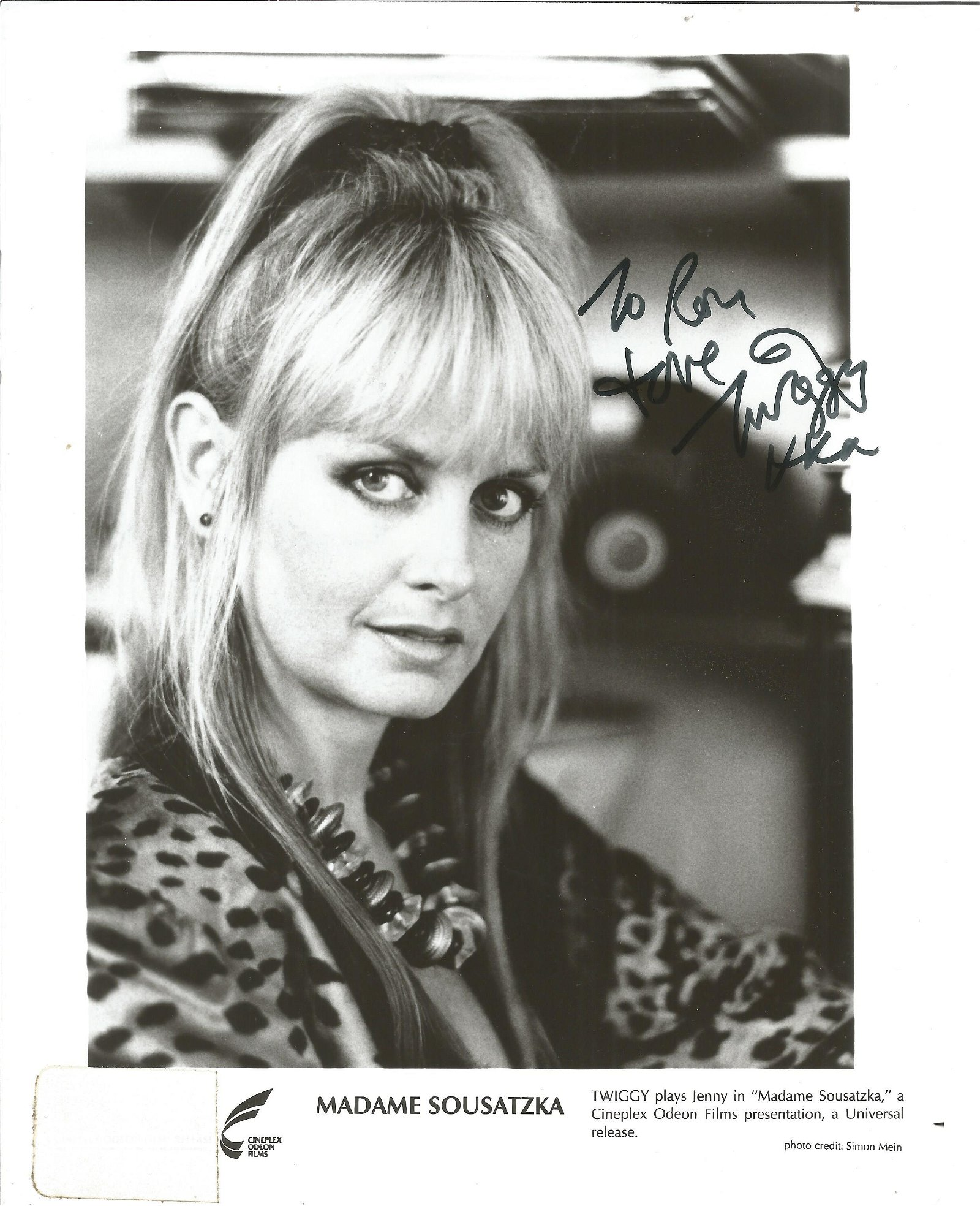 Twiggy signed 10x8 black and white photo. Dedicated.