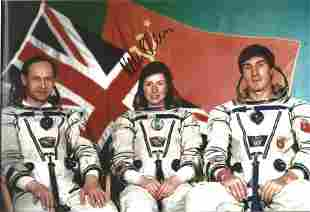 Helen Sharman signed 12 x 8 inch colour crew photo.