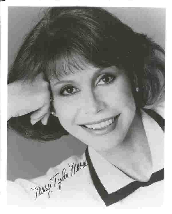 Mary Tyler Moore signed black & white photo 10 x 8
