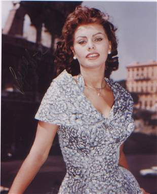 Sophia Loren signed 10 x 8 inch photo . Faint