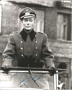 Peter O'Toole signed 10x8 black and white photo. Good