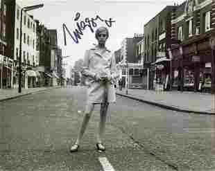 Twiggy, stunning 8x10 photo signed by 60's fashion icon
