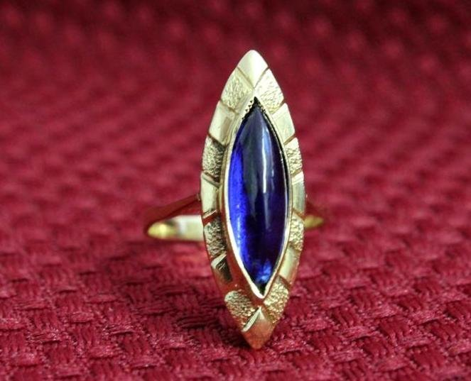 18K Yellow Gold Ring with Oval Blue glass stone