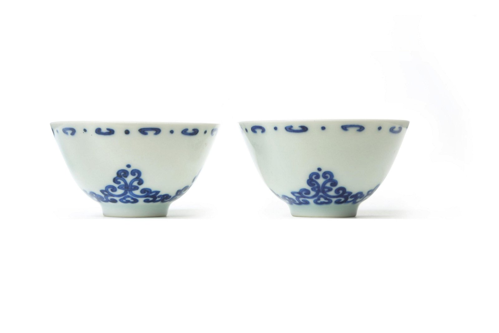 A PAIR OF CHINESE BLUE AND WHITE CUPS.