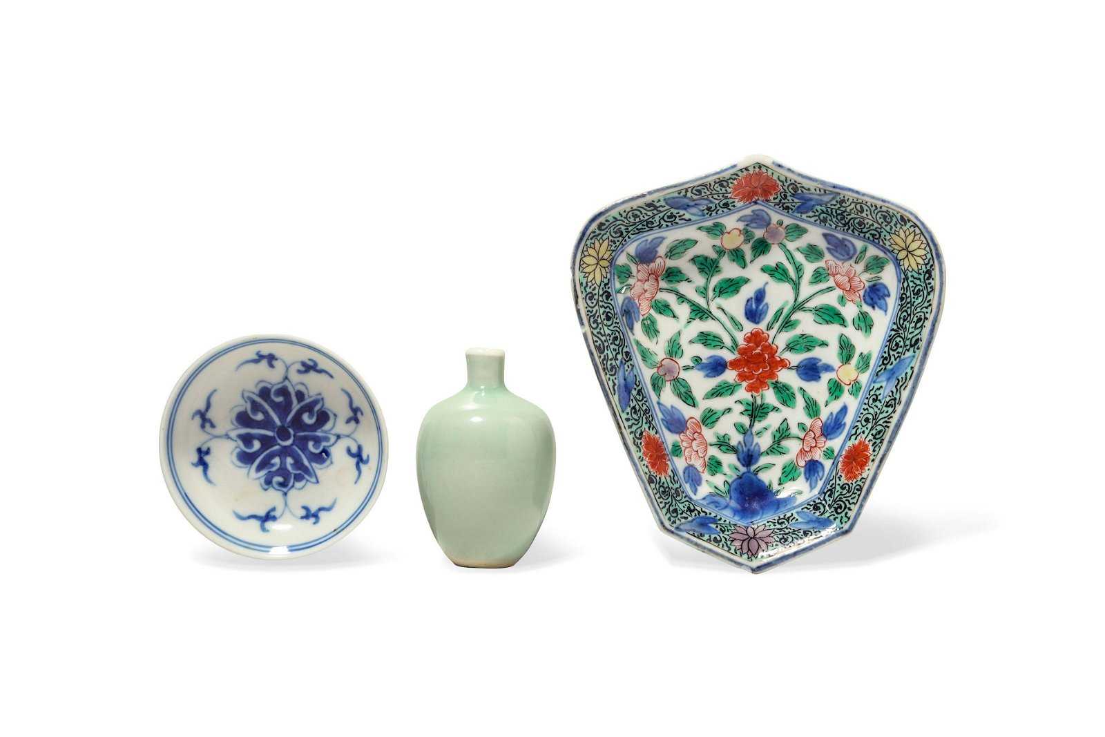 THREE CHINESE PORCELAIN PIECES.