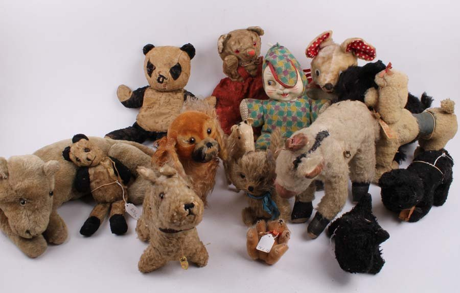 23: Sixteen various post-war and later Teddy bears and
