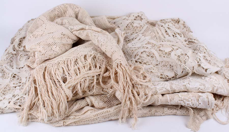 100: A large 1900s Venetian lace bedspread/tablecloth a