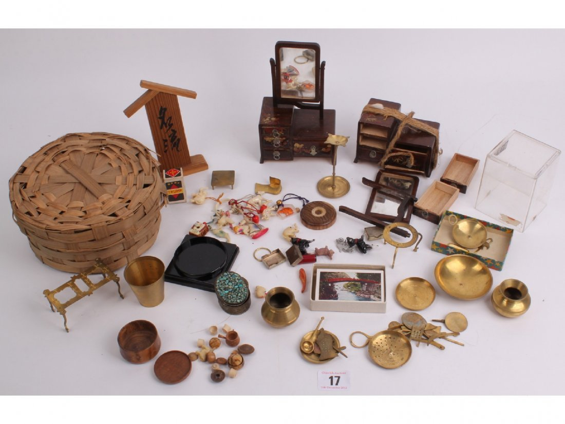 17: A miscellaneous quantity of Japanese small dolls' h