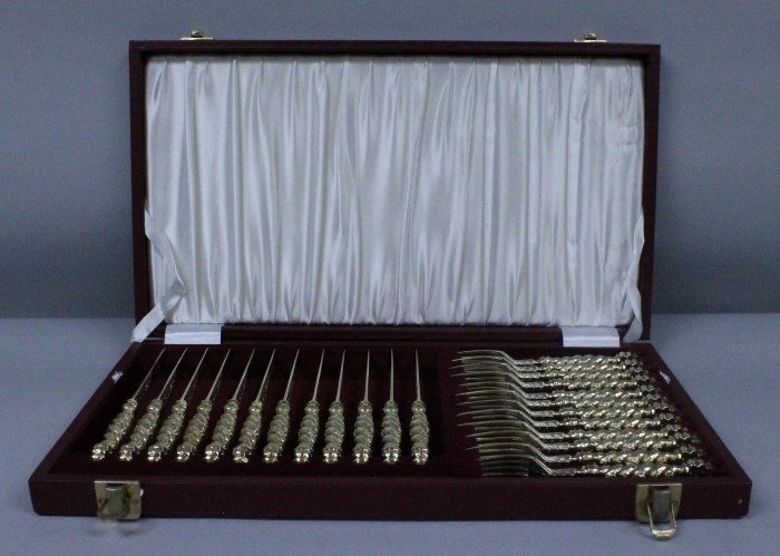 19TH C. ENGLISH GILT SILVER KNIVES AND FORKS IN FITTED