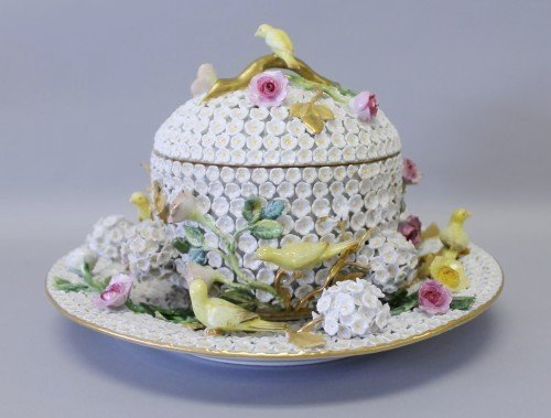 19TH CENTURY MEISSEN SNOWBALL BOWL AND UNDERPLATE