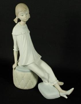 LLADRO FIGURE OF A GIRL SITTING