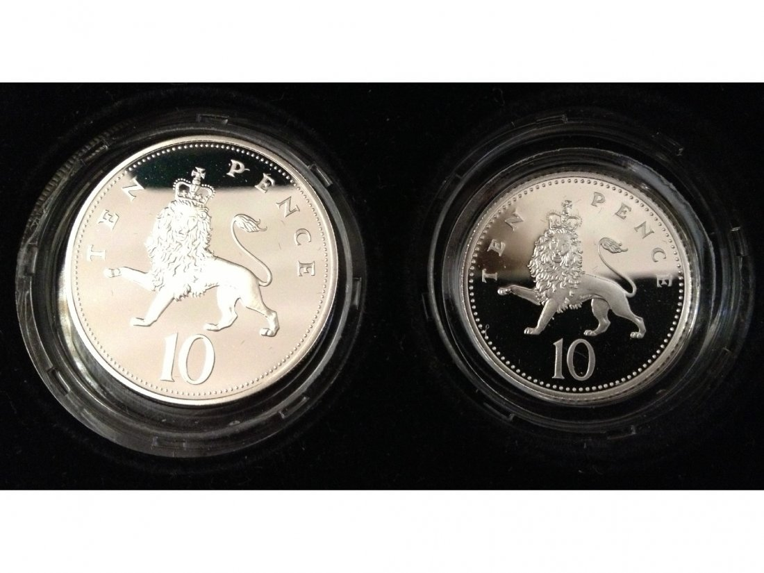 319: A 1992 silver proof ten pence two-coin set.