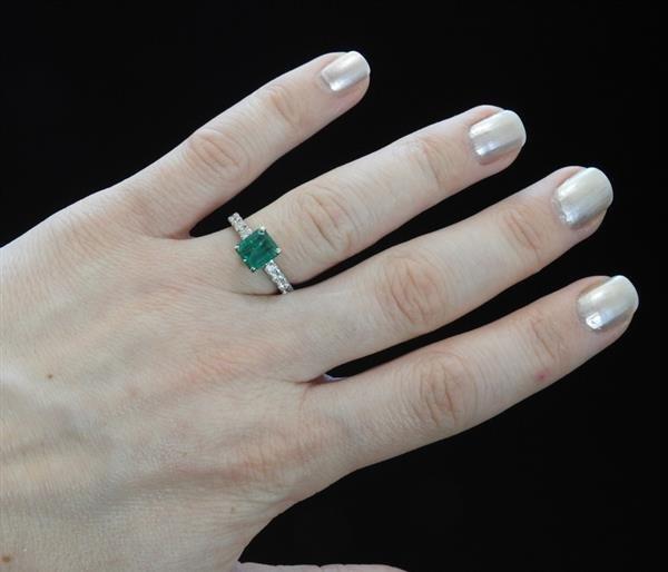 18k Gold 1.59ct Emerald Diamond Engagement Ring - 5