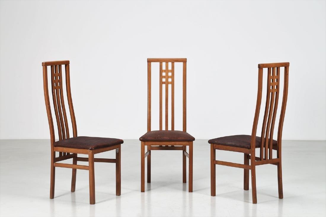 MANIFATTURA ITALIANA  Tre sedie in legno e tessuto.