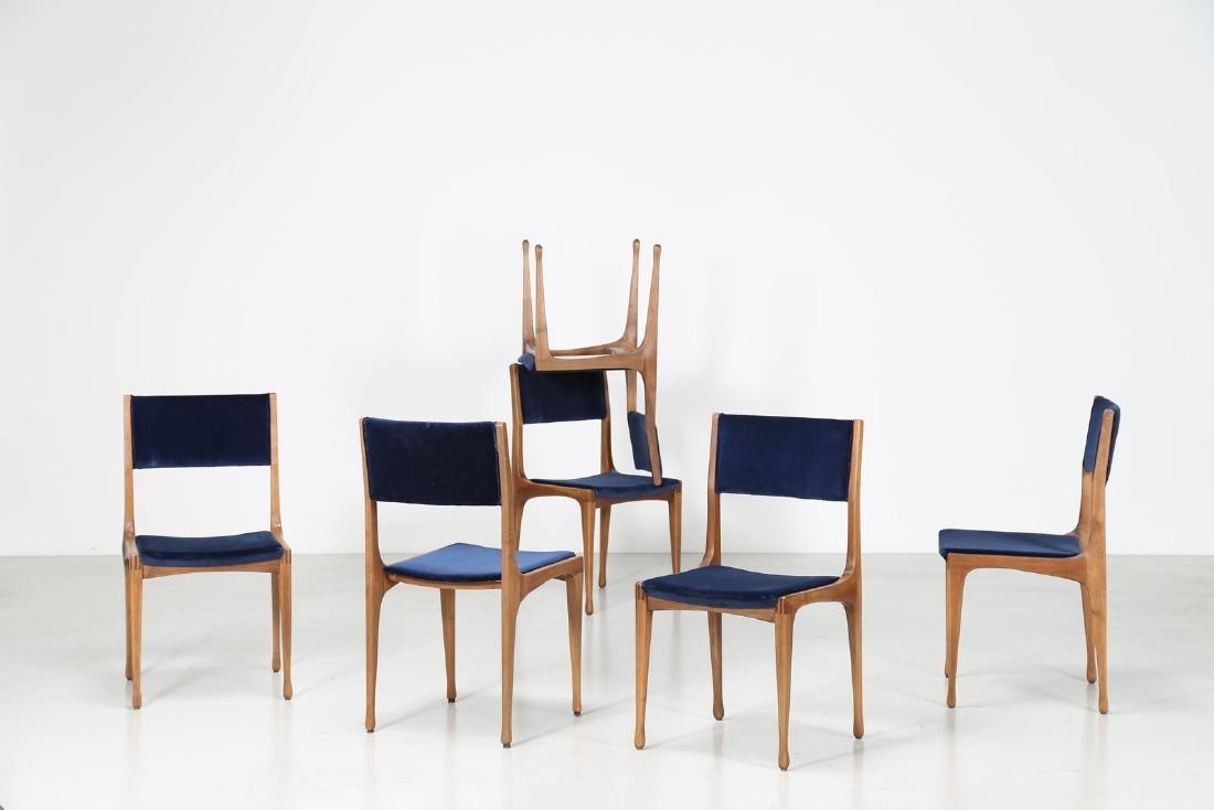 CARLO DE CARLI Sei sedie in noce e velluto, mod. 693