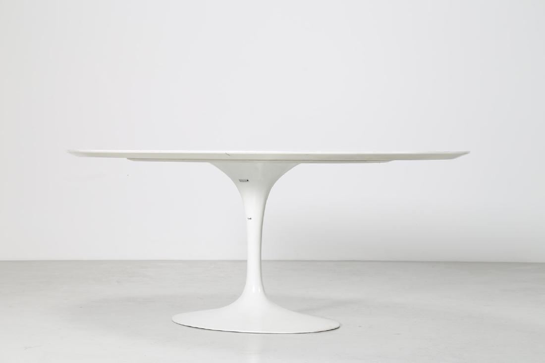 EERO SAARINEN Tavolo ovale in vetroresina, base in