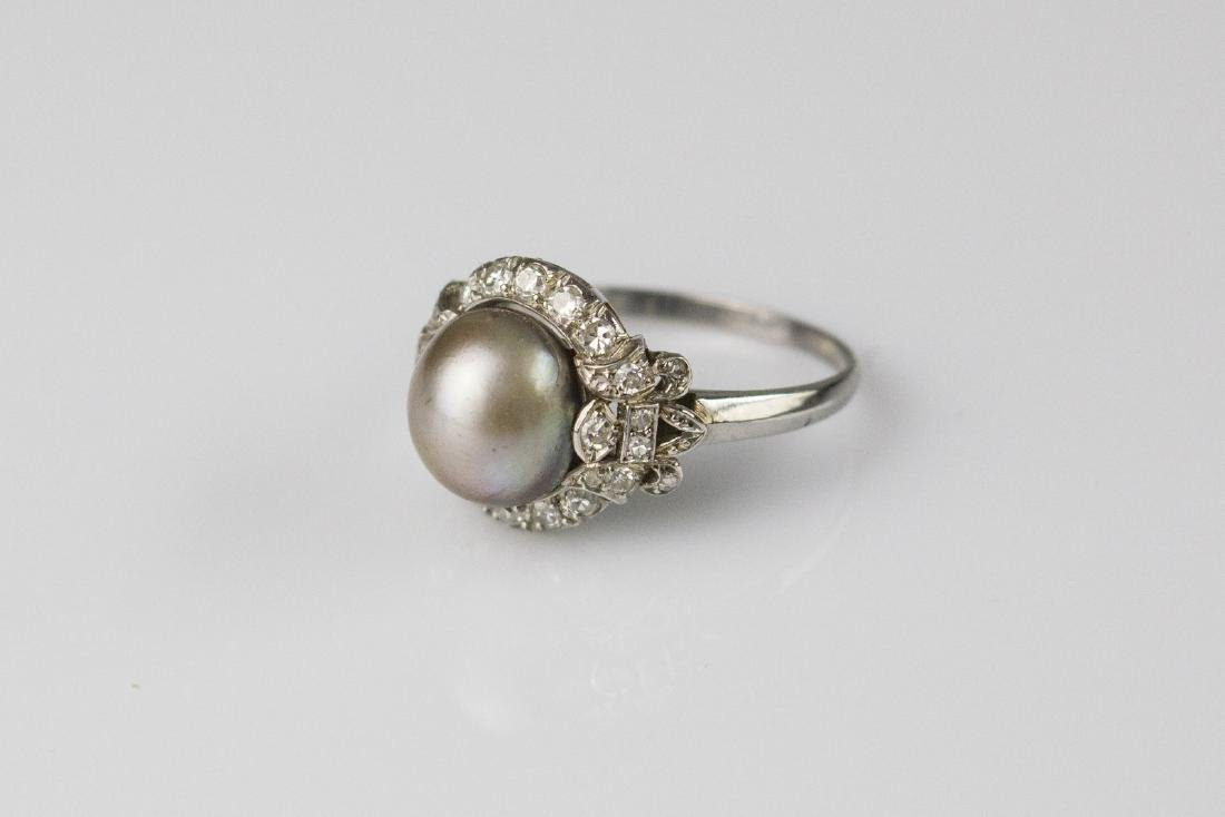 [Nessun Autore] Platinum ring with pearl and diamonds.
