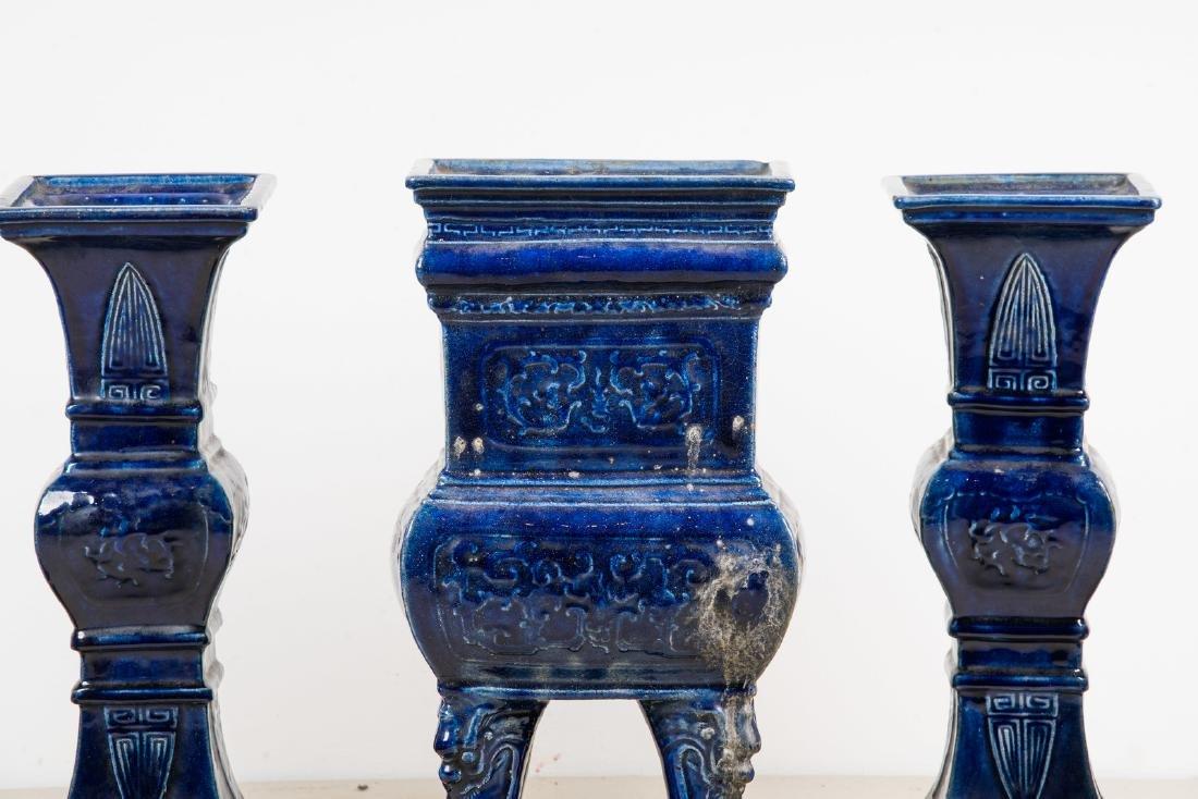 Arte Cinese  A blue glazed altar guarniture set - 2