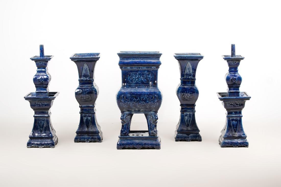 Arte Cinese  A blue glazed altar guarniture set - 3