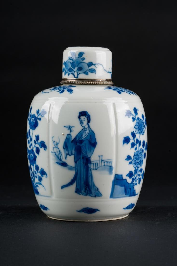 Arte Cinese  A blue and white porcelain vase and cover
