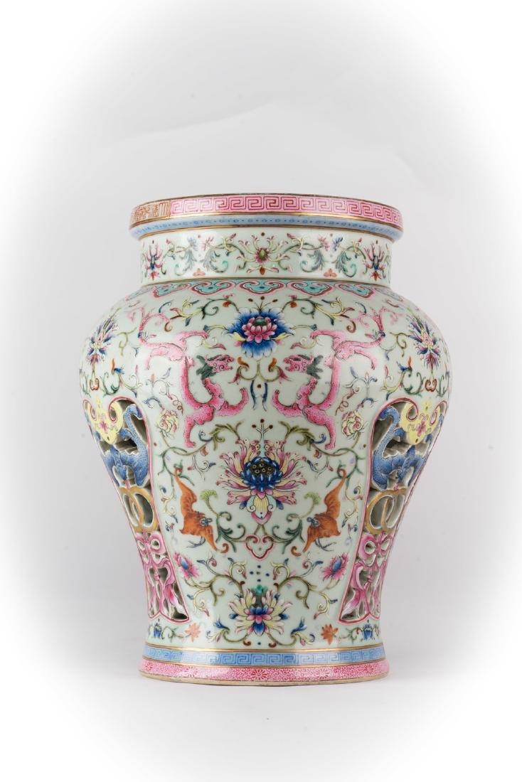 Arte Cinese  A famille rose porcelain stool bearing a