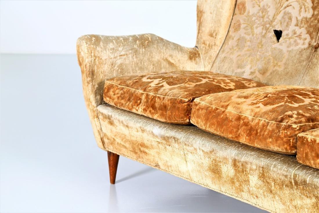 ISA BERGAMO  Sofa in wood and original fabric, 1950s. - 3