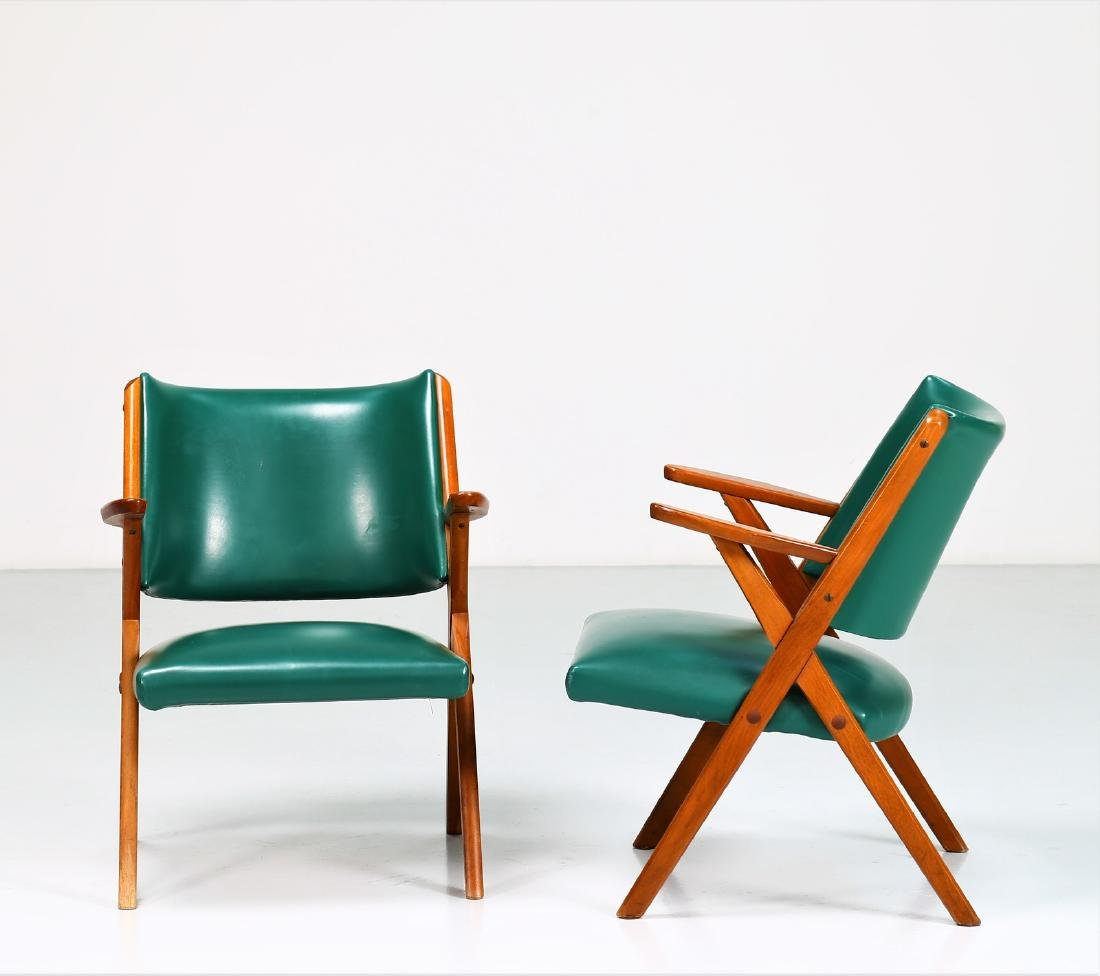 MOBILI DAL VERA Pair of chairs in wood and skai, 1960s. - 2