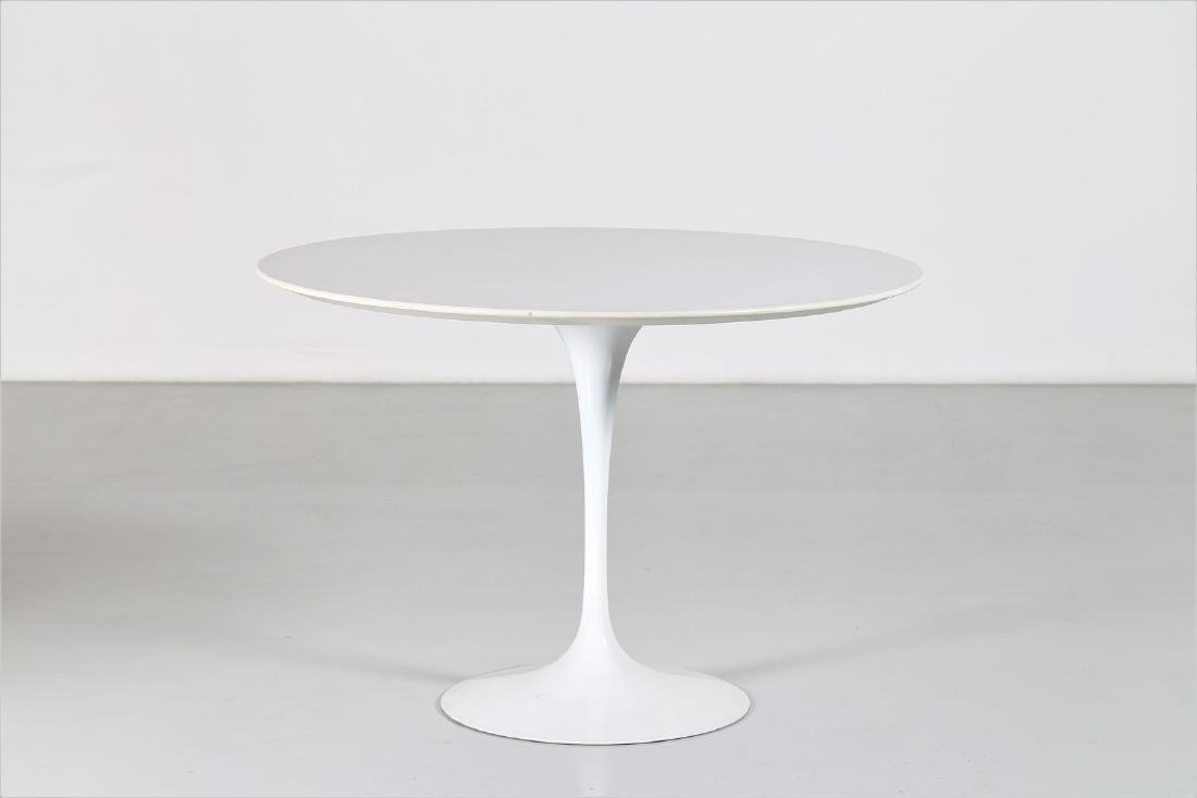 EERO SAARINEN Round table in wood and lacquered metal