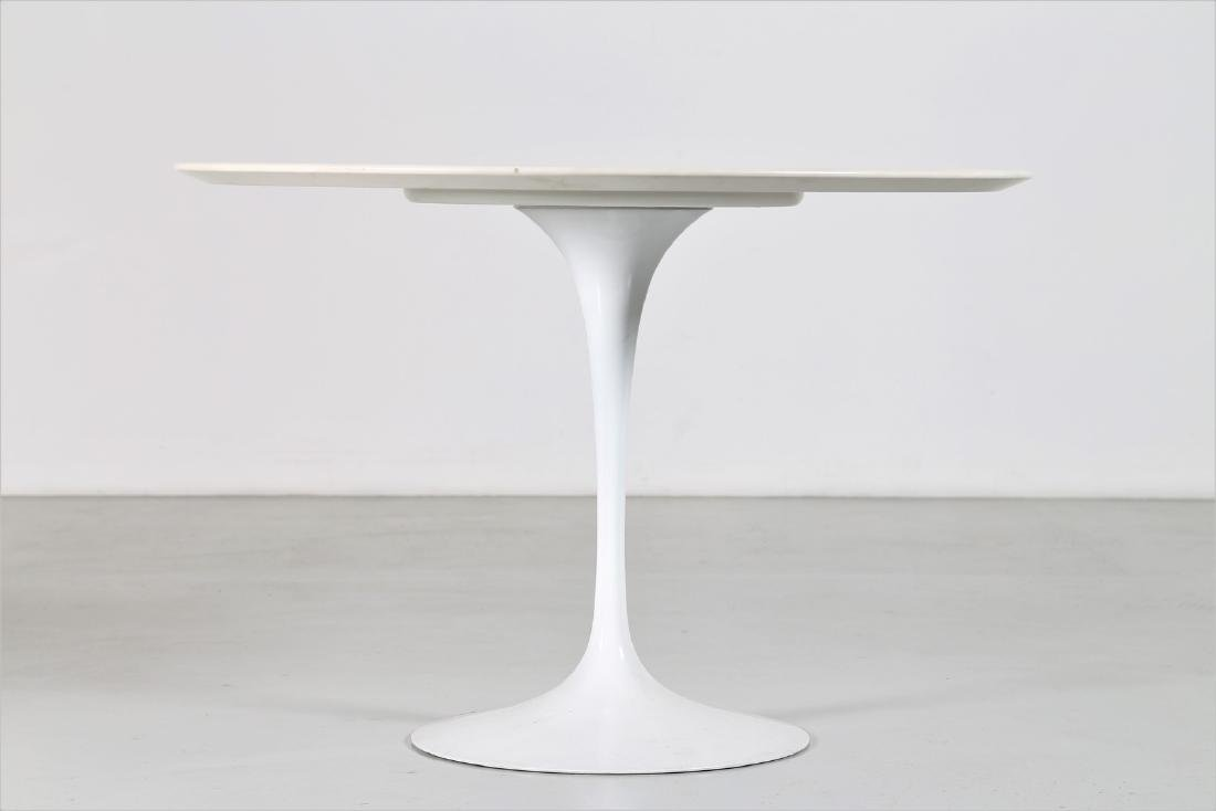EERO SAARINEN Round table in wood and lacquered metal - 2