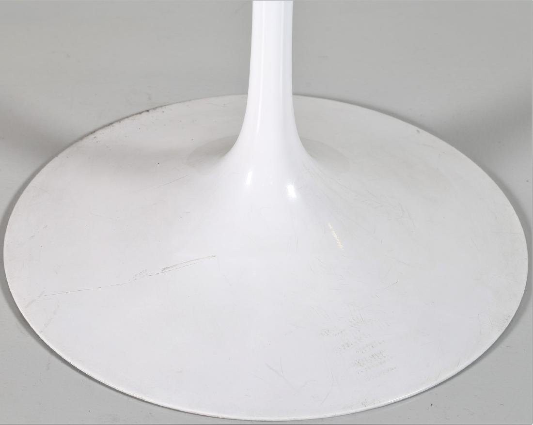 EERO SAARINEN Round table in wood and lacquered metal - 3