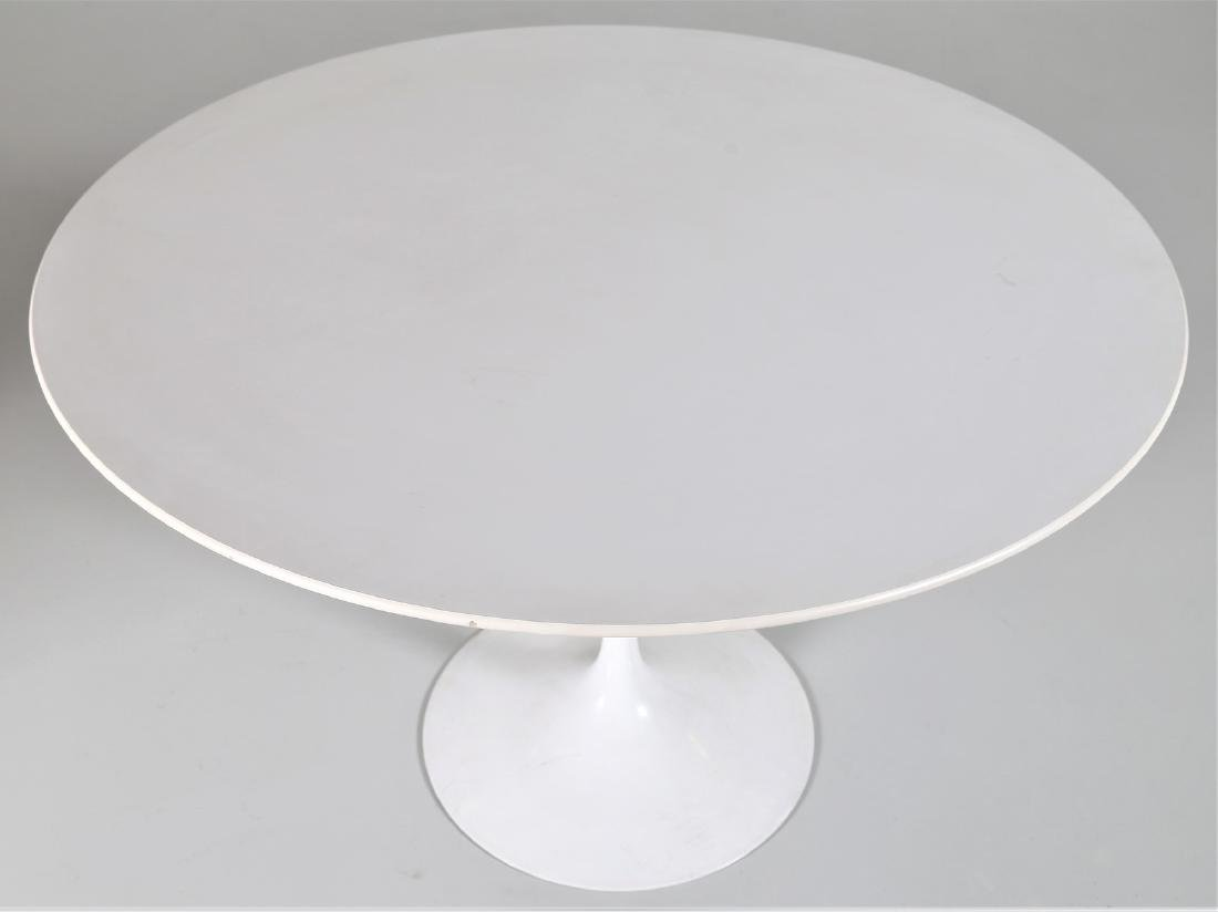 EERO SAARINEN Round table in wood and lacquered metal - 4