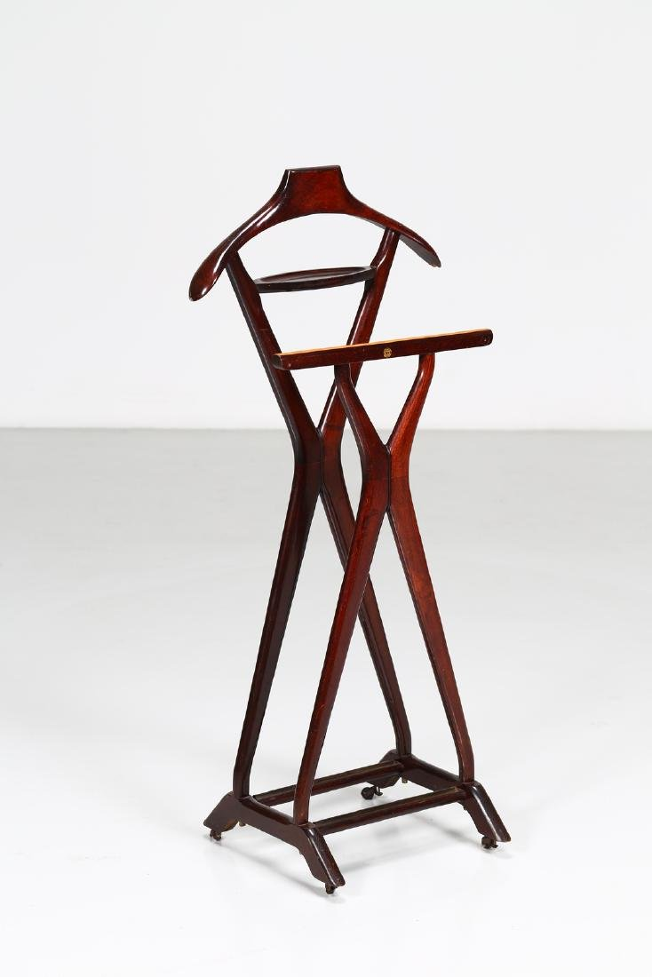 REGUITTI  Valet stand in wood and brass, 1950s.