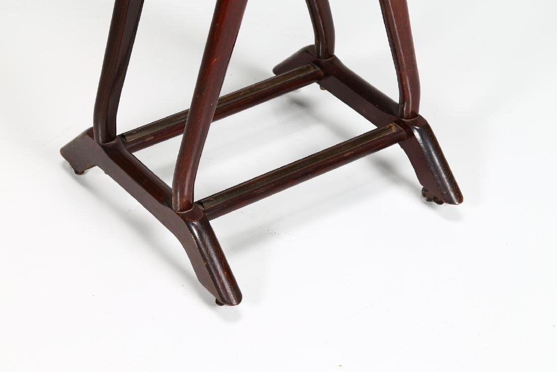 REGUITTI  Valet stand in wood and brass, 1950s. - 2