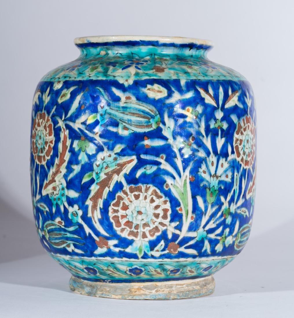 Arte Islamica  A Kutahya pottery vase Ottoman Turkey,