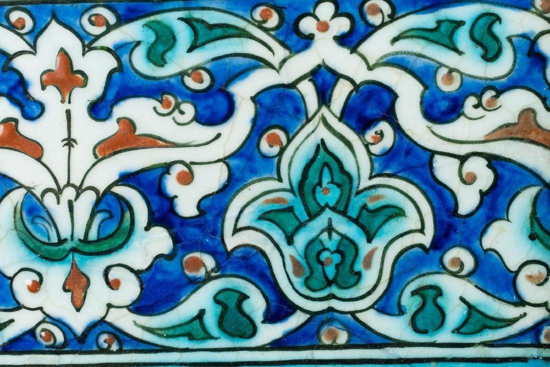 Arte Islamica  An Iznik border tile painted with - 2