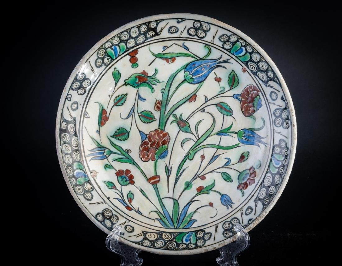 Arte Islamica  An Iznik potter dish Ottoman Turkey,