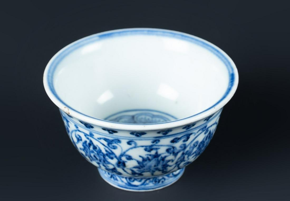 Arte Cinese  A blue and white porcelain cup painted