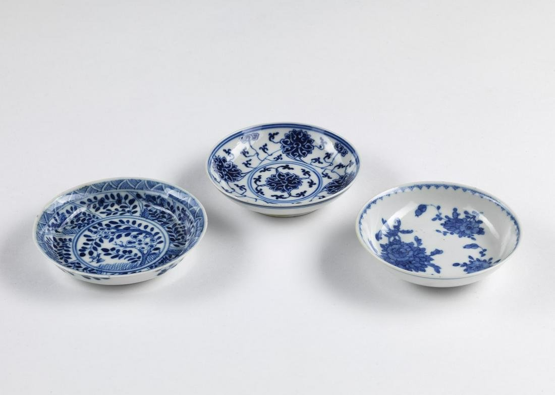 Arte Cinese  A group of three blue and white porcelain