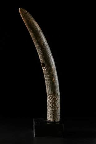 Arte africana  An oliphant (trumpet), BamilekeCameroon.