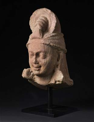 Arte Indiana An important red sandstone head Northern